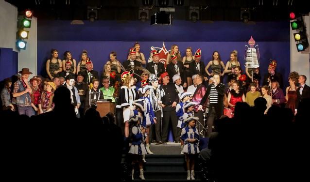 Alle artiesten van eigen bodem verzameld op het podium.