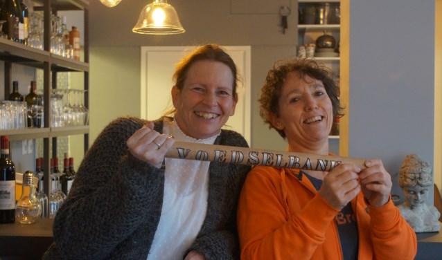 Lesly (links) neemt het stokje over van Yolanda.