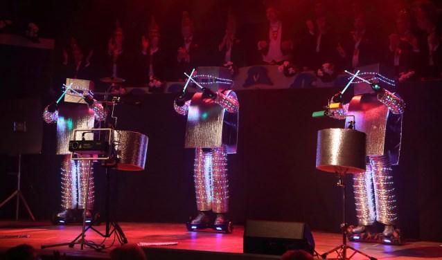 In Toe Spees geeft een spectaculair optreden tijdens de eerste pronkzitting van De Dorstvlegels. Zaterdag 20 januari is de tweede pronkzitting. Dan zijn de mannen weer te bewonderen. FOTO: Arno Hartgers