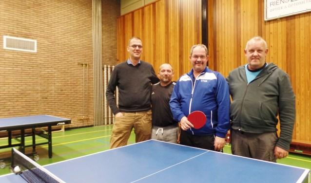 Vier van de 5 bestuursleden van tafeltennisvereniging TTVA bij 1 van de speeltafels in de gymzaal aan de Weversstraat in Alblasserdam. De heren vinden het  jammer dat de gymzaal op termijn waarschijnlijk gesloopt zal worden. Ze zijn er erg aan gehecht. (Foto: Anja Helmink)