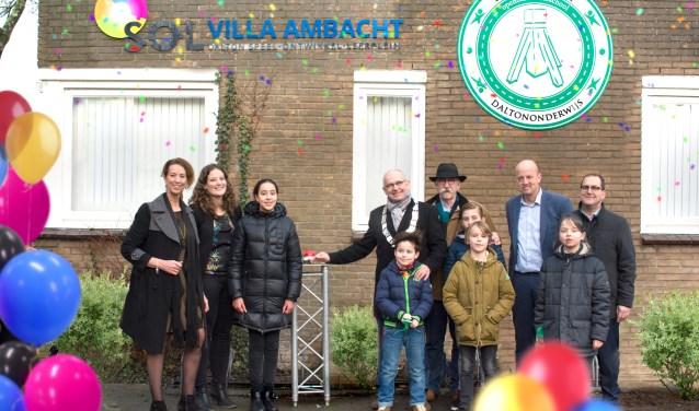 Burgemeester Heijkoop opent samen met directie, bestuur en kinderen van de kinderraad met een druk op de rode knop de nieuwe naam en het nieuwe logo: SOL Villa Ambacht, Dalton, speel-ontwikkel-leerplein. (FOTO: Ilona Beerman)