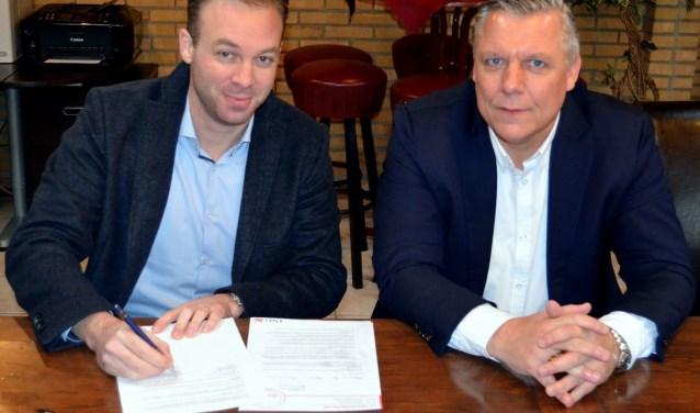 Kevin Bal (KPJ Finasnce) zet zijn handtekening onder de nieuwe overeenkomst
