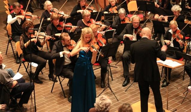 Merel Vercammen speelt als soliste muziek van Brahms bij een concert in Lisse.