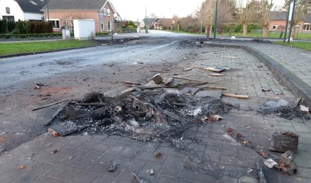 Ondanks een rustige jaarwisseling moest in Achterberg een aanhanger het ontgelden. Op  de ochtend van nieuwjaarsdag waren de schamele resten van deze brand nog zichtbaar aanwezig. (Foto Max Timons)