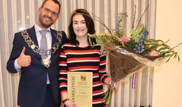 De 15-jarige Zoë Windig kreeg de award uit handen van burgemeester De Graaf. (Foto: gemeente Lopik)