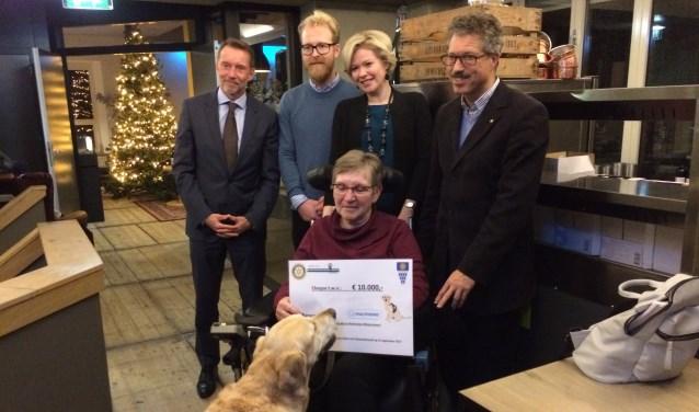 De organisatoren van de Rotary Club Kinderdijk en de Rotary Club Alblasserwaard overhandigen de cheque aan Ina de Ritter van de Stichting Hulphond. (Foto: Privé)