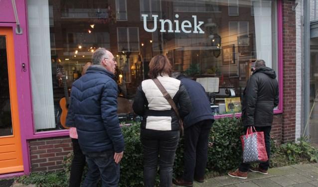 De met muziek ingerichte etalage van Uniek trekt veel bekijks. (Foto: Henk Jansen)