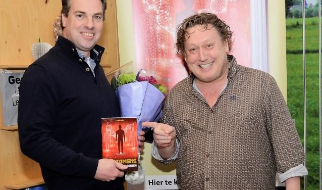 Geert Kimpen van uitgever Paris Books feliciteert Jan-Hubert van Rensen tijdens de boekpresentatie van De Biomens.