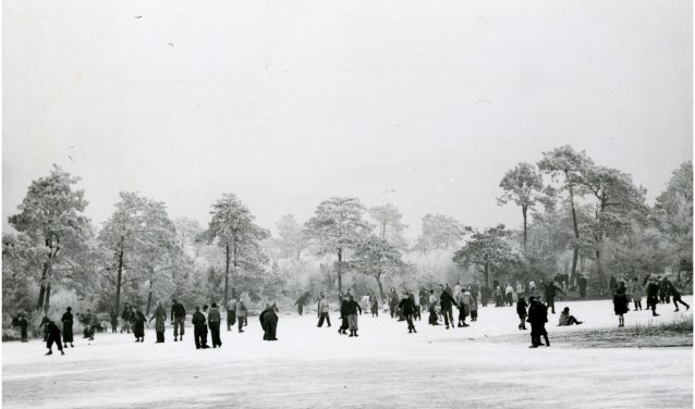 Het Karperven op de Stratumse Heide, winter 1953. Fotograaf: H. van der Heijden. Beeldcollectie RHCe