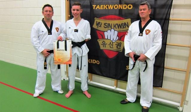 Freek Hermes, geflankeerd door taekwondohoofdtrainer Randy Oeij (links) en sportschoolhouder Roddy Rijke van Yu Sin Kwon Hellevoetsluis.