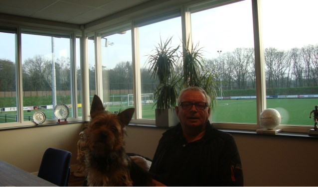 Mister Otterlo Bertus Hendriksen heeft nu tijd om met zijn hondje het bos in te gaan, leuke dingen te toen met zijn gezin. (Foto: Marcel van den Top)