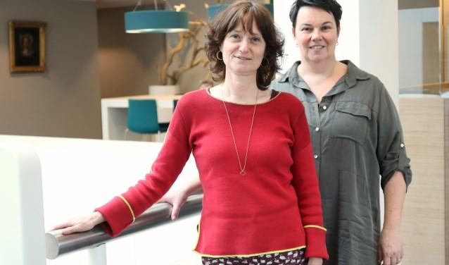 Marita Toonen (links) en Resy Wensink hopen dat zich vrijwilligers uit 's-Heerenberg melden, om van de eerste Buurtcirkel hier een succes te maken. (foto: Elsie Schoorel)