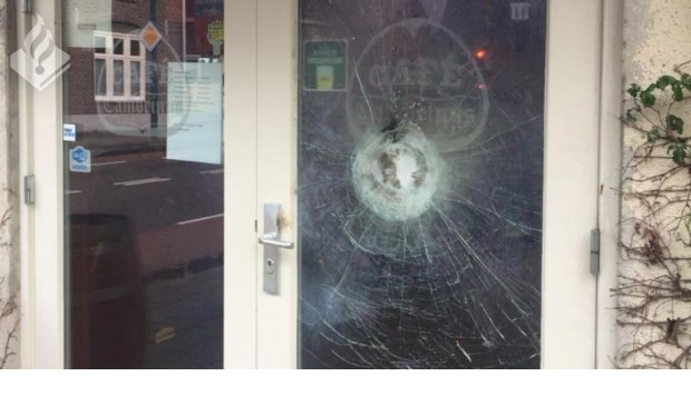 De vernielde ruit. Foto: Facebook politie Boxmeer.