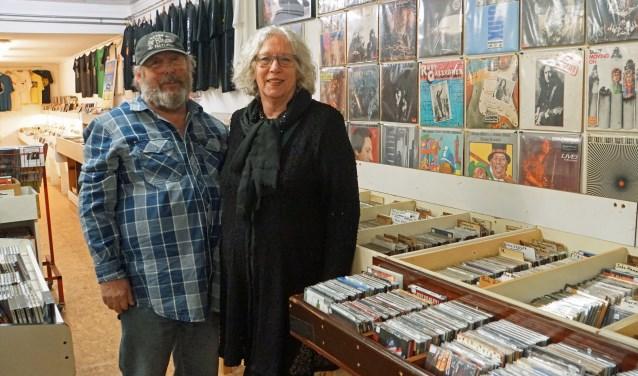 Theo en Janny in hun unieke platenzaak waarvan er steeds minder nin Nederland zijn.. (Foto: Jan Woldberg)