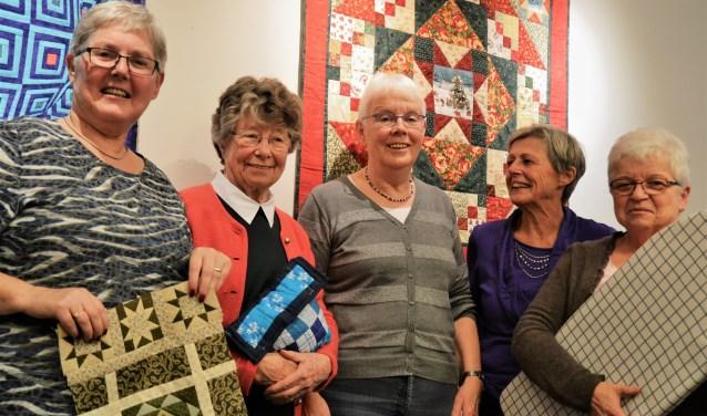 De dames van de Patchwork- en Quiltgroep van de VvSB hebben het gezellig met elkaar. Ze willen zoveel mogelijk ondernemen in het nieuwe jaar.