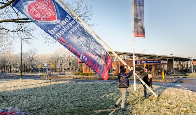 Een week voor elk evenement van BLUESinWIJK hangen vrijwilligers de eigen banier naast de algemene vlag. 'Het Liefde aan het Water' logo zal dit jaar plaats maken voor het nieuwe Beeldmerk van Wijk bij Duurstede.Foto: Dit is Wijk
