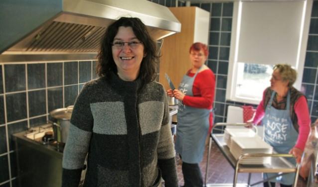 Ellen Rozenboom van de Poort van Doorwerth in de nieuwe keuken van het centrum. (Foto: Kees Jansen)