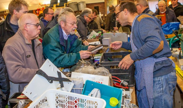 Op zoek naar koopjes? Dan is de rommelmarkt van de Plechelmusharmonie een aanrader. Foto: dezefoto.nl