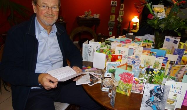 """Dokter Sietze Ypma leest de vele dankbare en hartverwarmende kaarten die hij kreeg bij zijn afscheid. """"Ik vind het heerlijk dat ik nu niets meer hoef. Er is niemand meer die iets van mij verwacht.""""(Foto: Margreet Nagtegaal)"""