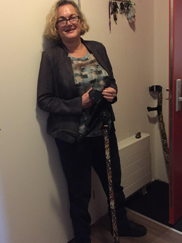 Christine Dessauvagie met haar tijgerkrukken. Tijdens het verwerkingsproces van haar handicaps heeft ze een boek geschreven. Met schrijven wordt ze weer heel. Foto's: Ellen van Dilst  © Persgroep