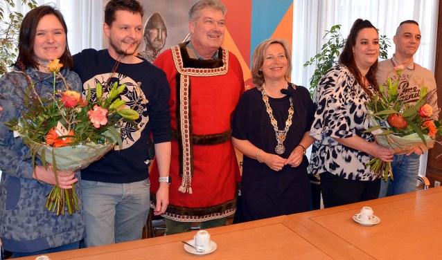 Burgemeester Jetten en Graaf Drik III zetten de twee winnende paren voor de trouwerij in middeleeuwse sferen alvast in de bloemen (Foto: Frans Assenberg)