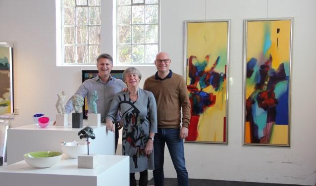 Het team van Kunst Uitleen Zutphen. Van links naar rechts: Mike en Rick Hulshof en Mieke van Kordelaar.