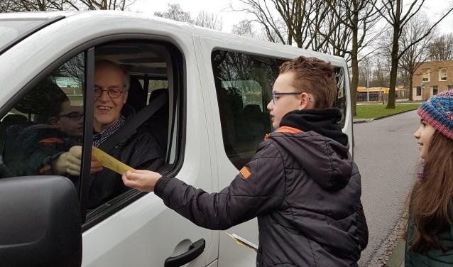 Jesse Andela geeft chauffeur Henk Wesselink informatie over hoe kinderen in het verkeer reageren.