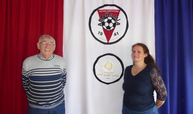 Dop Jansen en Lucky Rensink zetten zich al vele jaren (in het geval van Dop zelfs vele decennia) met hart en ziel in voor voetbalvereniging Arnhemia. (foto: Marnix ten Brinke)