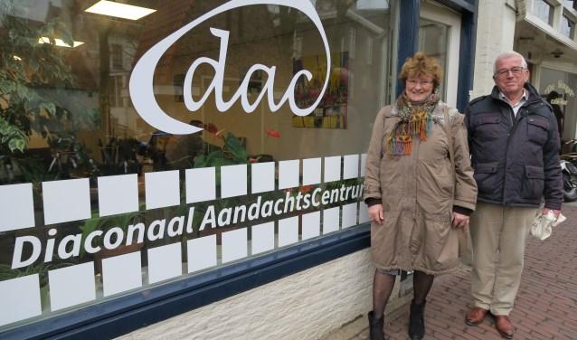 Margriet Wielink en Jan Maasland, bestuursleden van het DAC, vertellen over dit inloop- en ontmoetingscentrum in het centrum van Amersfoort. (Foto: Marian Vreugdenhil)