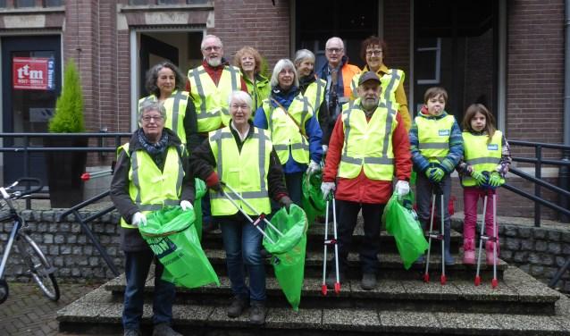 Het team van vrijwilligers en wethouder Wendy Ruwhof bij het officiële startmoment van de Zwerfafvalbrigade in Renkum. (foto: Marnix ten Brinke)