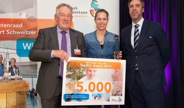 Van links naar rechts: Cliëntenraadvoorzitter Andries van de Graaf, de winnende dermatoloog Suzan Reeder en juryvoorzitter Aart-Jan Moerkerke. (Foto: Frederike Slieker)