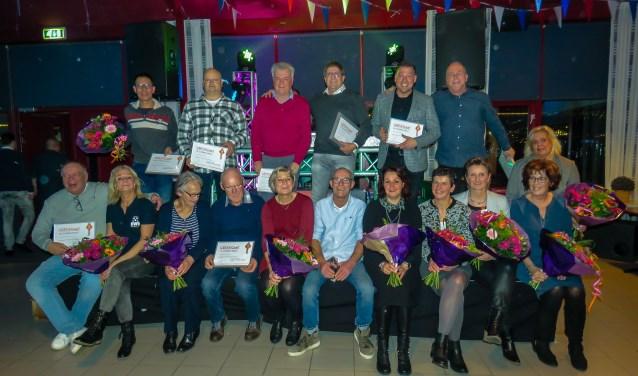 Feest bij voetbalvereniging RWB in Waalwijk. Maar liefst acht leden ontvingen een zilveren KNVB-speld. Voorzitter Bas Bruurmijn werd zelfs verrast met een gouden KNVB-speld.