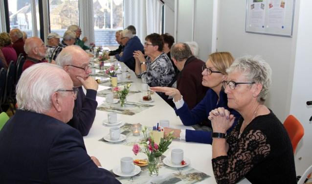 Burgemeester en wethouder in gesprek met het bestuur van Rijnwaarden50plus. (foto: Otto Tiemessen)