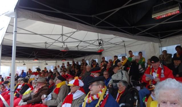 De rolstoelers hebben vanaf de tribune eerste klas zicht op de grote carnavalsoptocht, inclusief een hapje, een drankje en een klein aandenken bij vertrek. Stichting Veur Mekoar.