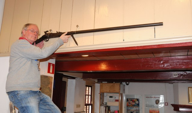 Fotobijschrift: Ron Maat 'legt aan' met de oude walkbuks. De pen aan het wapen diende om de buks aan de bank van een boot te verankeren. (foto: Voerman Museum Hattem)