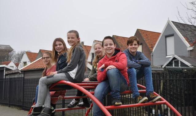 Van links naar rechts Lisa Hage, Floortje Droppert, Carlijn Nijssen, Lara Bouman, Lars Berrevoets en Teun de Groot van Dalton basisschool Binnen de Veste in Zierikzee. FOTO: Anneke Flikweert
