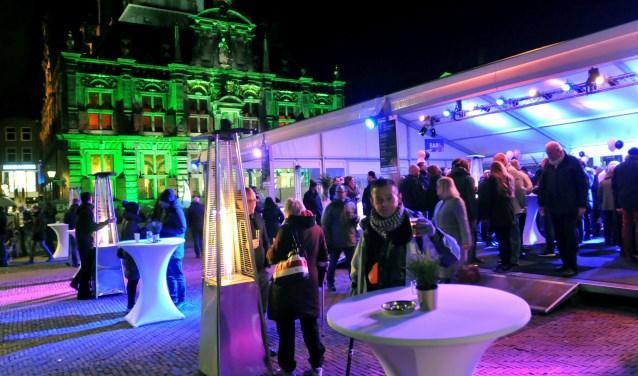 Voor een nog steeds prachtig verlicht stadhuis wenste Delft elkaar 'Gelukkig Nieuwjaar' (Foto: Fred Nijs)