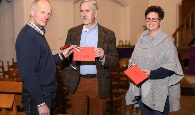 De overhandiging van de cheque. Op de foto staan van links naar rechts: Rikus Braakman, Jan Oosterhof en Margreet Burgers.
