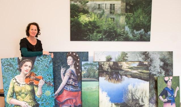 Kunstschilder Pauline Luijben poseert tussen haar schilderijen. De doeken verhuizen binnenkort voor anderhalve maand naar De Ring; de expositieruimte van het Eper gemeentehuis. Van 11 januari tot en met 23 februari zijn haar werken daar te bewonderen. (foto: Dennis Dekker)