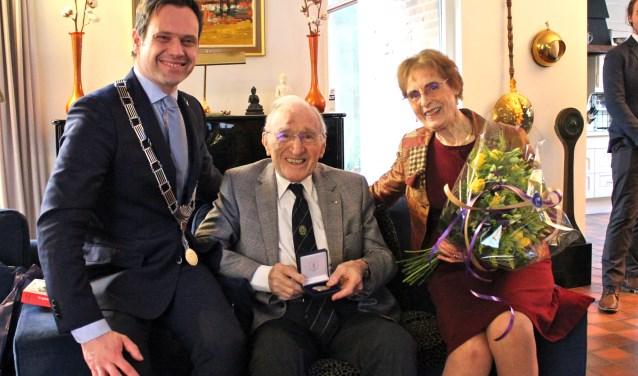 Burgemeester Sjoerd Potters samen met De heer Grootel en zijn vrouw. FOTO: Els van Stratum