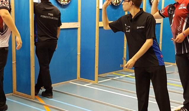 """""""Darts is een sport die iedereen kan leren, het rekenen wat erbij hoort is bij mij inmiddels al een automatisme, veel potjes spelen doet de rest"""", aldus de voorzitter. Foto: Linda Gulden."""