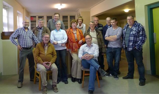 Bestuursleden van Levende Molens verwelkomen een groep molenvrienden in het 'Centrum voor Molinologie'.