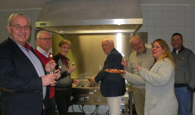 Bij voetbalvereniging Floreant is afgelopen zaterdag de nieuwe keuken en kantine ingewijd. Leden van Rotaryclub Boskoop, waaronder voorzitter Coos Rijsdijk (mi) waren hierbij aanwezig. Kantinebeheerder Judith van Jaarsveld (re) liet weten blij en trots te zijn.