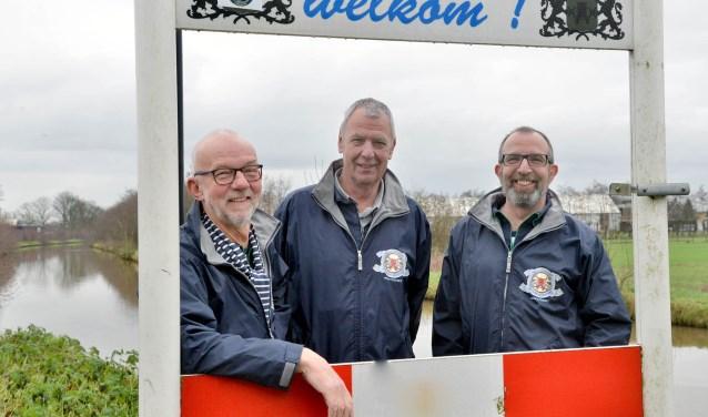 Voorzitter Cor Janmaat, Rob van Rooijen en secretaris Henk Neumann (v.l.n.r.) van shantykoor De IJsselzangers staan aan de vooravond van het 10e Korenfestivan Montfoort. (Foto: Paul van den Dungen)