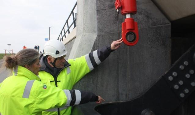 Dijkgraaf Tanja Klip van het Waterschap Vallei en Veluwe liet zich zaterdag informeren over het aanbrengen van cilinders om de kleppen van de 'Veluwse Oosterscheldekering' gebruiksklaar te maken.