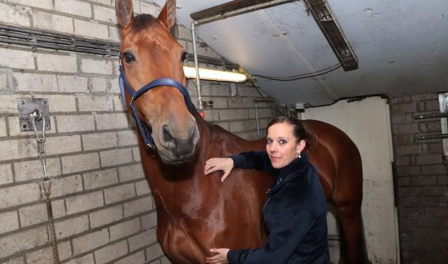 Lieke van Dommelen in de stal bij haar paard Esprit. (foto: Angelina van den Broek)