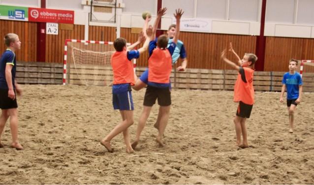 Op het zand handballen is een stuk zwaarder dan op een normale sportvloer.