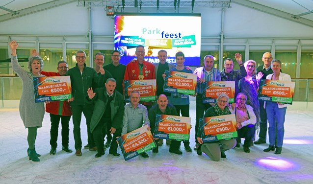 Voor een dikke cheque haal je gewoon even koude voeten. Op de Oosterhoutse IJsmarkt ging tienduizend euro naar lokale goede doelen. (foto: Casper van Aggelen)