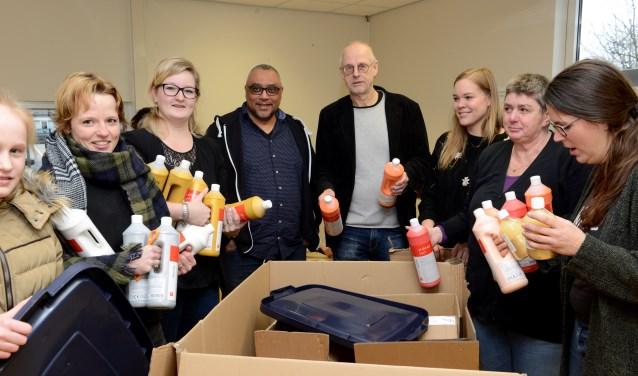 De dozen met nieuw schoolmateriaal werden vrijdag uitgepakt en een plaatsje gegeven. Meester Snel en  Willems zijn blij met zoveel handen.