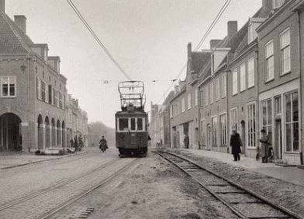 De tram in de oorlogsjaren door de Herenstraat.  © Persgroep